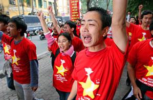 Người biểu tình tại Hà Nội phản đối Bắc Kinh tự nhận chủ quyền trên Hoàng Sa và Trường Sa năm 2007. Ảnh: Frank Zeller / AFP / Getty Images