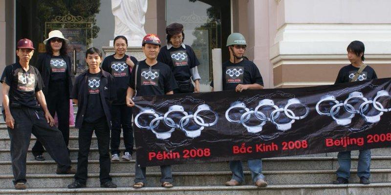 Từ trái qua phải: Huỳnh Công Thuận, Phương Thy, Uyên Vũ, Trăng Đêm, Anhbasg, Song Chi, Bùi Chát, Đông A SG.