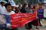 Những người biểu tình tại Việt Nam hét lớn những khẩu hiệu chống Trung Quốc gần Đại sứ quán Trung Quốc tại Hà Nội vào ngày 17 tháng 7, 2011. Khoảng 50 người, bao gồm cả một số trí thức nổi tiếng, đã tổ chức các cuộc biểu tình hơn bảy Chủ nhật liên tục vào mùa hè này để phản đối Trung Quốc gây hấn ở Biển Đông.