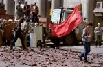 Trên đây, một thanh niên cộng sản biểu tình còn sót lại đi qua những mảnh vỡ còn lại sau khi một cuộc đối đầu đẫm máu với cảnh sát ở Moscow. (1993)