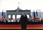 Berlin Wall 27 - Tổng thống Hoa Kỳ Ronald Reagan đọc diển văn trước Cổng Brandenburg ở Bức tường Berlin.