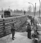 Berlin Wall 3 - An ninh Tây Đức gác gần Cổng Brandenburg