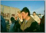 Berlin Wall 30 - Một người dân Berlin xúc động  đi từ Tây Đức sang Đông Đức ngaỳ 11 tháng 11 1989