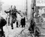 Berlin Wall 4 - Một an ninh Đông Đức vượt tường trốn sang Tây Đức