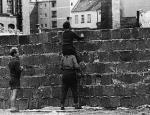 Berlin Wall 7 - Thanh niên Tây Đức nhìn qua Bức tường ngày 23 tháng 8 1961