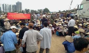 Gần 1000 bà con ba xã thuộc huyện Văn giang đã kéo ra cánh đồng, gần cầu đang xây để biểu tình, phản đối cưỡng chế đất cho Ecopark hôm 20 tháng 4, 2012. Ảnh: Blog Nguyễn Xuân Diện